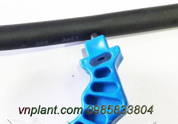 Đục lỗ trên thân ông LDPE 20mm dày 1.2mm